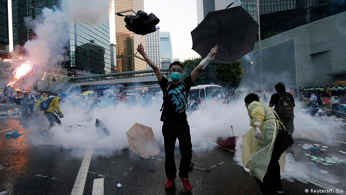 China Studentenprotest in Hongkong Occupy Central Demonstrant Regenschirm (Reuters/T. Siu)