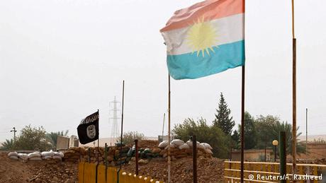 Irak Grenze Kurdistan Islamischer Staat Brücke bei Mosul Flaggen