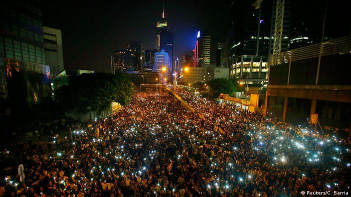 China Hongkong Massendemonstration im Finanzviertel Handys