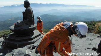 Οι ηφαιστειολόγοι συλλέγουν στάχτη από το ηφαίστειο στο Οντάκε της Ιαπωνίας