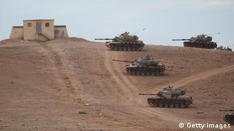 Türkische Panzer fahren an der syrischen Grenze auf (Foto: getty)