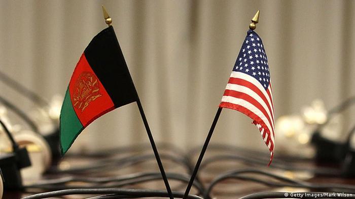 Symbolbild Afghanistan USA Flaggen (Getty Images/Mark Wilson)