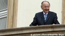 Ausschnitt: epa04424190 Former West German Foreign Minister Hans-Dietrich Genscher stands on the balcony of the German embassy in Prague, Czech Republic, 30 September 2014. In 1989, over 4,000 German Democratic Republic (GDR) citizens squeezed into the gardens of the West German Embassy in Prague where on 30 September 1989 West German Foreign Minister Hans-Dietrich Genscher addressed them in his legendary speech from the embassy's balcony in which he informed them thet their departure to West Germany was granted. EPA/FILIP SINGER