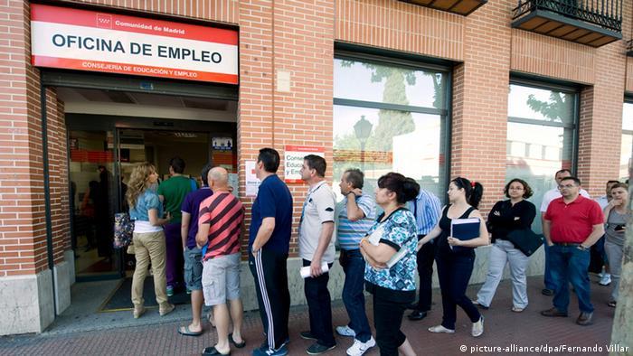 Ljudi stoje u redu Pred Uredom za zapošljavanje u Madridu