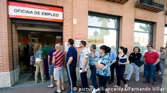 Η ανεργία στην ευρωζώνη πέφτει, οι μεγάλες αποκλίσεις διατηρούνται