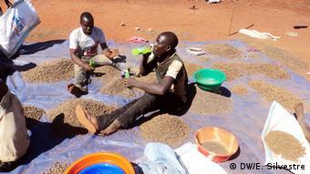 Mosambik - Bauern im Bergbau