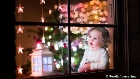 Menina e decoração de Natal