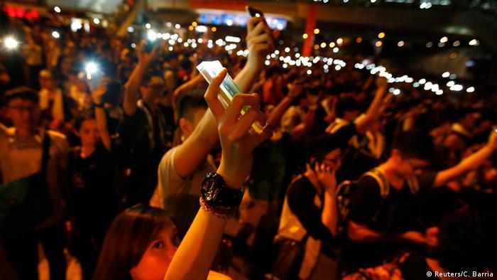 Hong Kong - Proteste mit dem Mobiltelefon (Reuters/C. Barria)