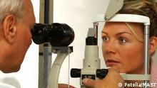 #35459055 - Junge Frau beim Augenarzt © MAST