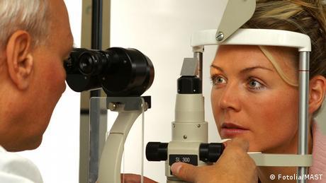 Patientin bei Augenarzt-Untersuchung