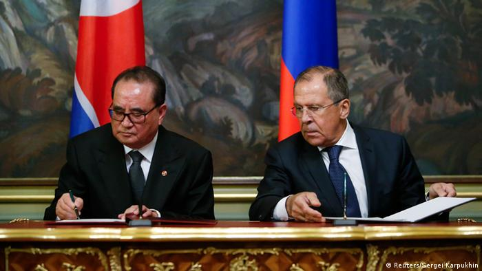 Russian Foreign Minister Sergei Lavrov (R) and his North Korean counterpart Ri Su Yong attend a signing ceremony during a meeting in Moscow, October 1, 2014 (Photo: REUTERS/Sergei Karpukhin)