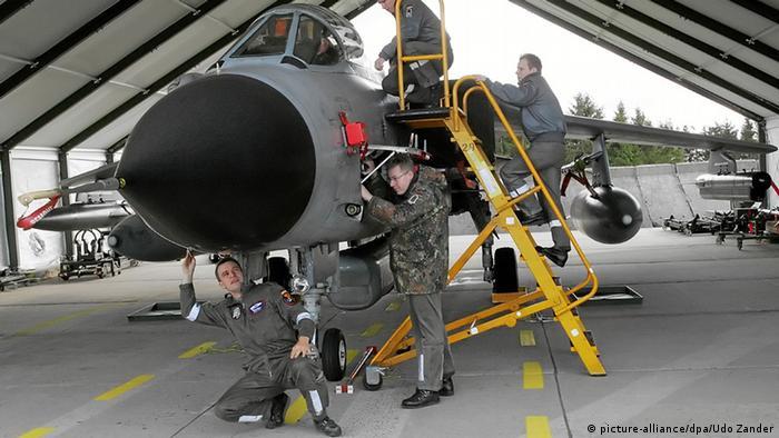Bundeswehrmitarbeiter warten Jagdflugzeuge des Typs Tornado (Foto: dpa)