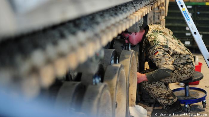 Ein Bundeswehrsoldat repariert einen Panzer vom Typ Marder (Foto: getty)