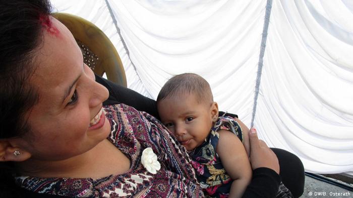 Binith Sundas ist das erste Kind, das den injizierbaren Impfstoff gegen Polio in Nepal bekommen hat Foto: DW/Brigitte Osterath