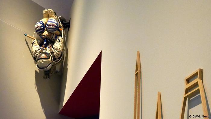 Eine Astronautenfigur schwebt unter einer Zimmerdecke der Ausstellung Outer Space in der Bundeskunsthalle Bonn (c) DW/H. Mund