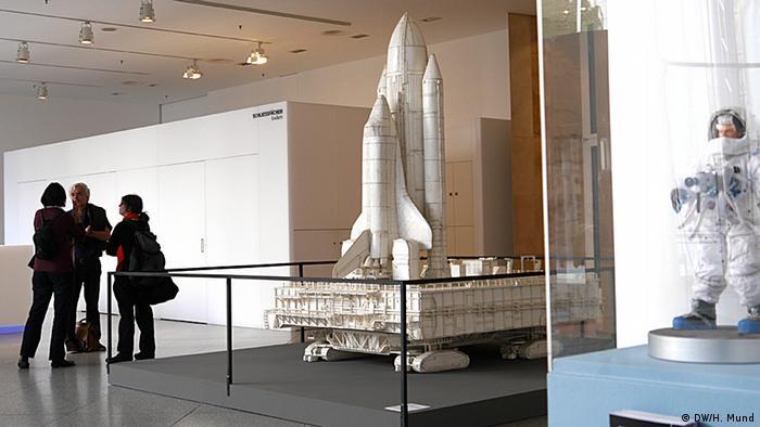 Eine Modell eines Spaceshuttles auf der Ausstellung Outer Space in der Bundeskunsthalle Bonn (c) DW/H. Mund