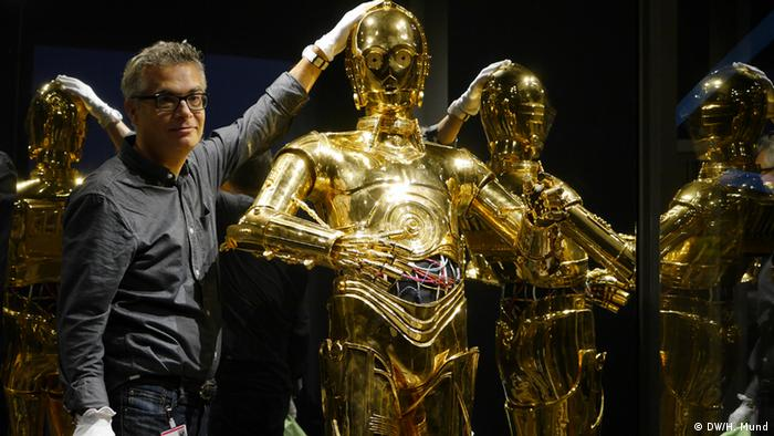 Ein Modell des Star-Wars-Roboters C-3PO auf der Ausstellung Outer Space in der Bundeskunsthalle Bonn (c) DW/H. Mund