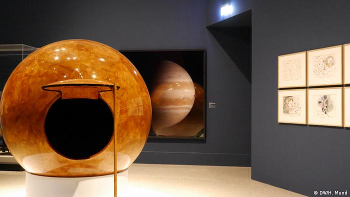Eine glänzend polierte Holzskulptur des japanischen Künstlers Hiroyuki Masuyama auf der Ausstellung Outer Space in der Bundeskunsthalle Bonn (c) DW/H. Mund