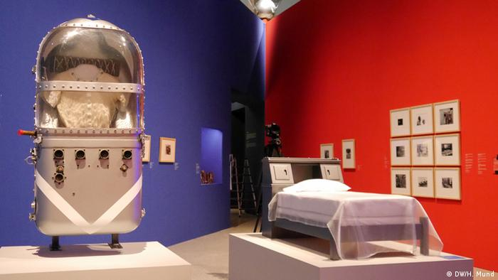 Eine Affenweltraumkapsel auf der Ausstellung Outer Space in der Bundeskunsthalle Bonn (c) DW/H. Mund