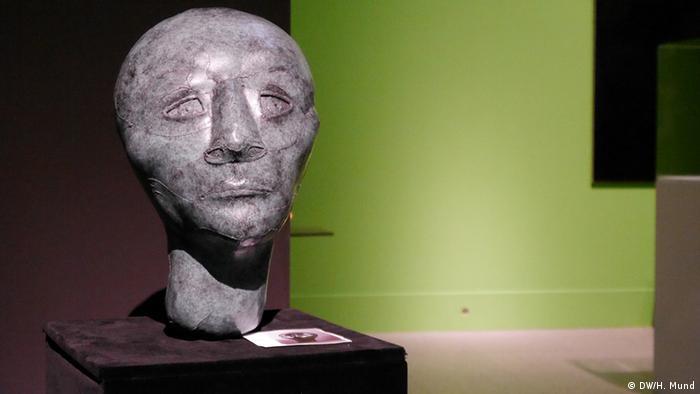 Ein Bronzekopf auf der Ausstellung Outer Space in der Bundeskunsthalle Bonn (c) DW/H. Mund