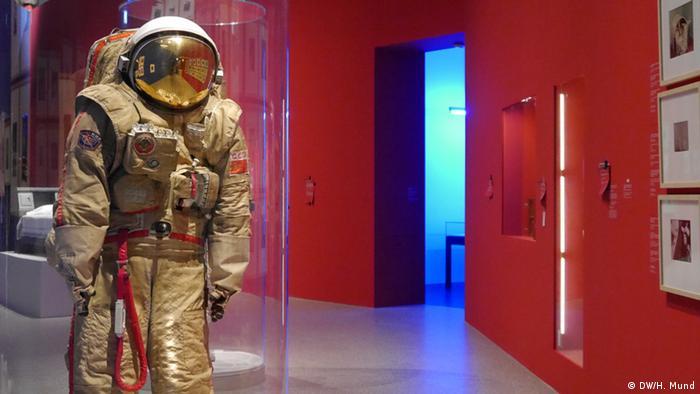 Ein russischer Raumanzug auf der Ausstellung Outer Space in der Bundeskunsthalle Bonn (c) DW/H. Mund