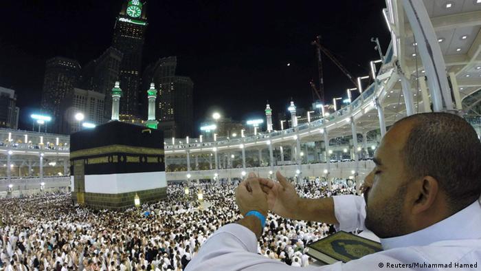 Peregrinos lotam mesquita de Meca. Ao centro, a kaaba