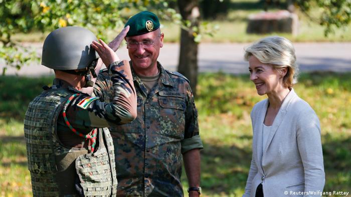 بازدید اورزولا فون درلاین، وزیر دفاع آلمان از مرکز آموزشی پیشمرگان کرد در شهر همابورگ آلمان در سال ۲۰۱۴ میلادی