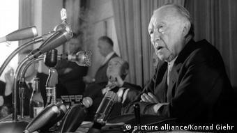 Konrad Adenauer spricht 1961 vor Journalisten in Berlin (Foto: picture alliance/Konrad Giehr)