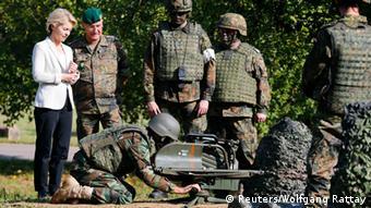 Ausbildung kurdischer Soldaten in Hammelburg Von der Leyen 02.10.2014