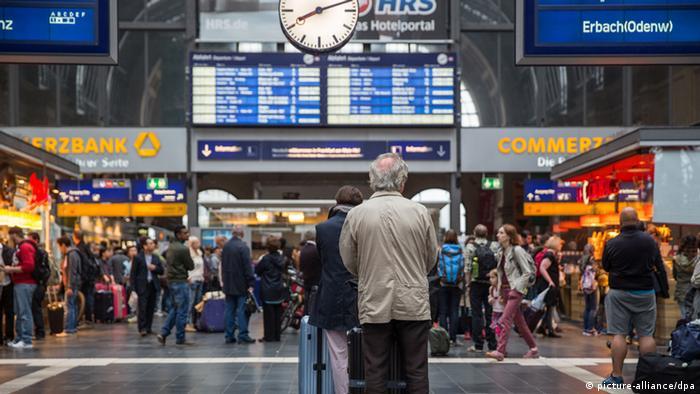 Menschen in einem Bahnhof (picture-alliance/dpa)