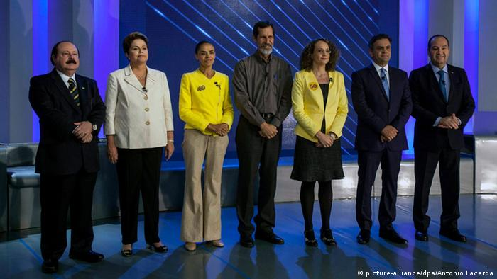 Brasilien TV-Debatte Präsidentschaftswahlen 02.10.2014 - epa04429107 (L-R) Brazilian presidential candidates Levy Fidelix, Dilma Roussef, Marina Silva, Eduardo Jorge, Luciana Genro, Aecio Neves and Pastor Everaldo pose for a photo before their last debate on TV Globo in Rio de Janeiro, Brazil, 02 October 2014. EPA/ANTONIO LACERDA