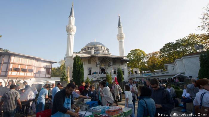 Tag der Offenen Moschee in Berlin 03.10.2014 (picture-alliance/dpa/Paul Zinken)