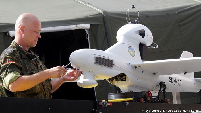 Soldat montiert an der Bundeswehr-Drohne 'Luna' (Foto: dpa)