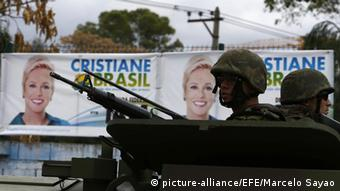 Brasilien Rio de Janeiro Wahlen Militär 04.10.2014 (picture-alliance/EFE/Marcelo Sayao)
