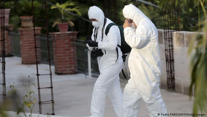 Foto simbólica de dos personas del equipo forense de México con equipo de protección