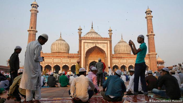 Muslims prepare to offer Eid al-Adha prayers at the Jama Masjid (Grand Mosque) in the old quarters of Delhi October 6, 2014 (Photo: REUTERS/Ahmad Masood)