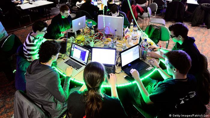 . No, uprkos uzajamnom uvažavanju, strani kompjuteraši koje ovdje zovu «hakije», pokazat će se, do kraja ne mogu biti sigurni koliko ih, zapravo, iza leđa ismijavaju.