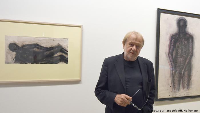 Немецкий художник Лотар Бёме на выставке музея Sprengel