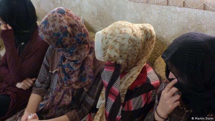 Сестры прячут свои лица