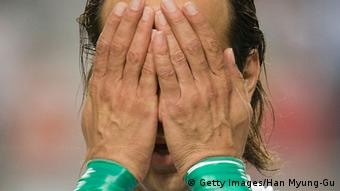 عکسی از علی کریمی با دستبندهای سبز که حاشیههای زیادی را برای او در پی داشت