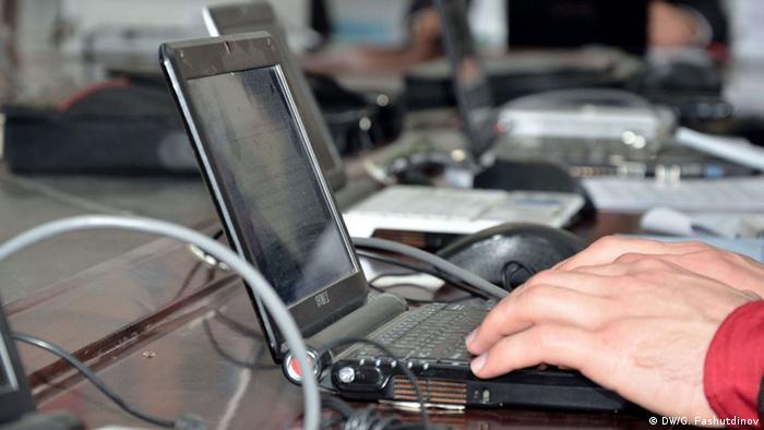 Рука за клавиатурой