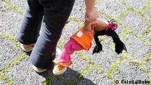 Symbolbild Kindesmissbrauch Kind Puppe Straße Einsamkeit Isolation 1222734