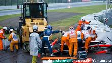 dpatopbilder epa04432535 Course marshalls and doctors at French Formula One driver Jules Bianchi of Marussia F1 Team crash site during the Japanese Formula One Grand Prix at the Suzuka Circuit in Suzuka, Mie Prefecture, central Japan, 05 October 2014. EPA/HIROSHI YAMAMURA JAPAN OUT MANDATORY CREDIT: HIROSHI YAMAMURA EDITORIAL USE ONLY/NO SALES +++(c) dpa - Bildfunk+++
