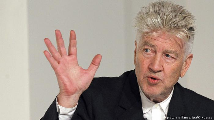 David Lynch holds up his hand (picture-alliance/dpa/K. Huesca)