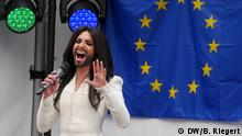 Conchita Wurst, Europäisches Parlament. Konzert des Travestiekünstlers Thomas Neuwirth alias Conchita Wurst auf dem Vorplatz des Europäischen Parlaments in Brüssel. Aufgenommen am 08.10.2014. Foto: Bernd Riegert, DW, alle Rechte