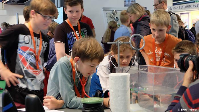 Школьники проводят эксперимент