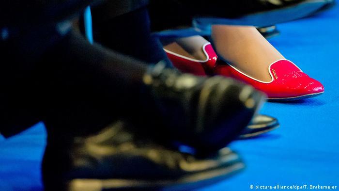 Мужские и женские ноги в туфлях