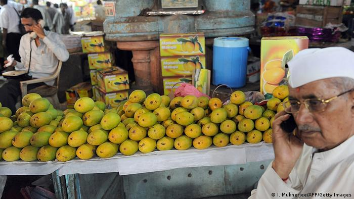Indien Telefon Handy Nutzung am Markt in Bombay (I. Mukherjee/AFP/Getty Images)