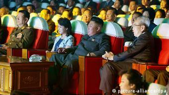 Кем Чен Ын с женой на концерте