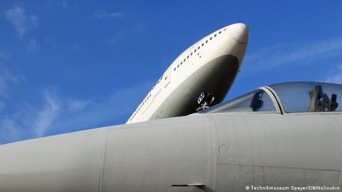 Один из военных самолетов в музее и Boeing 747